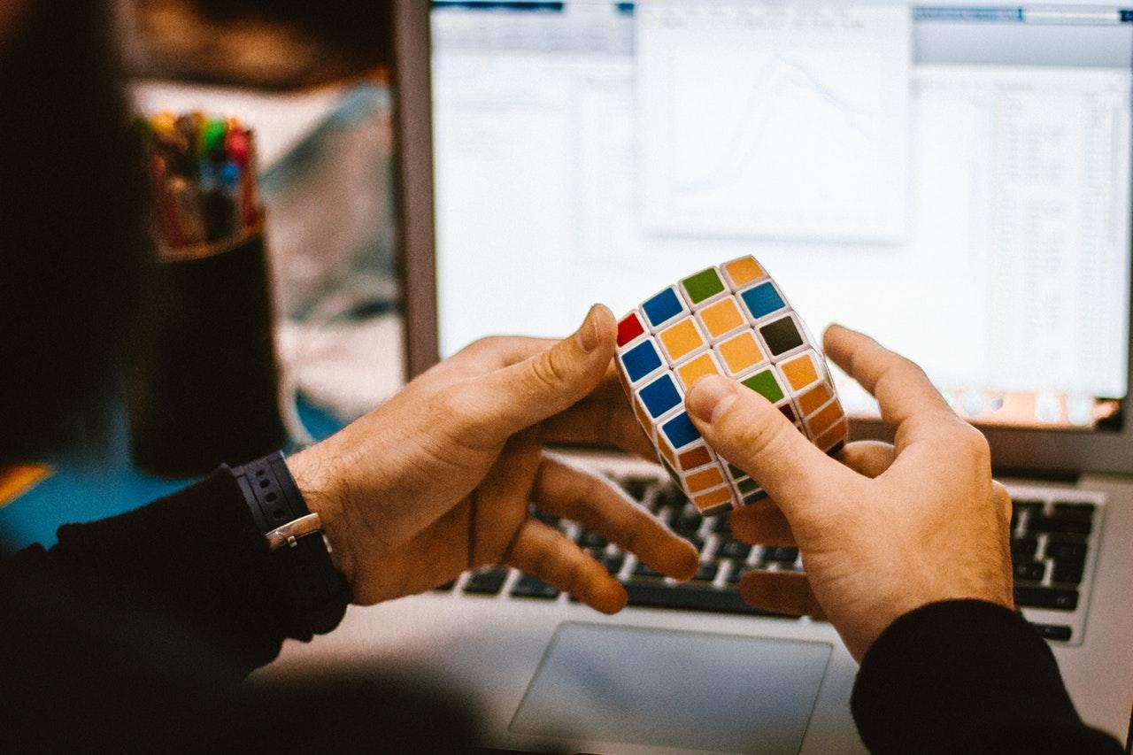 Rubiks kube foran dataskjerm